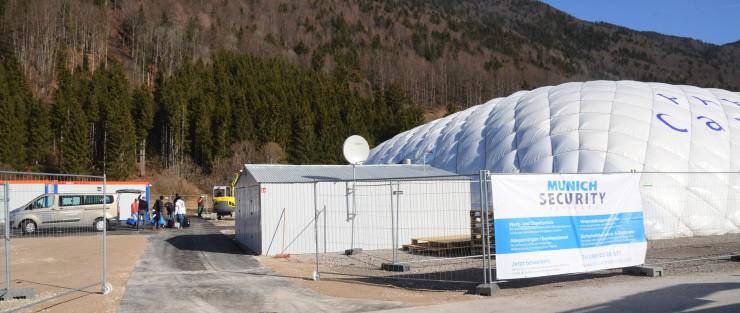 Die Traglufthalle in Rottach-Egern ist zum Sinnbild für die Asylbewerber-Situation im Tegernseer Tal geworden. / Archivbild