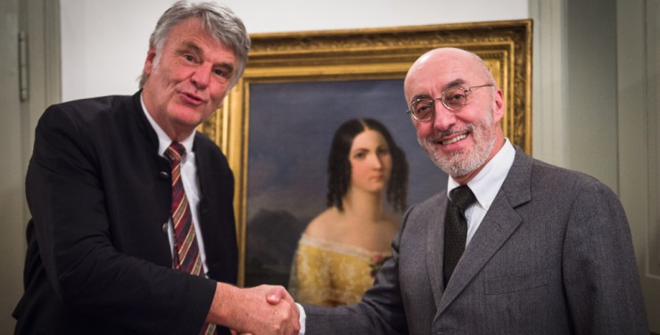 Kulturförderer Dr. Andreas Greither (links) freut sich, am Valentinstag Prof. Stefan Lano im Stieler-Café zu begrüßen.