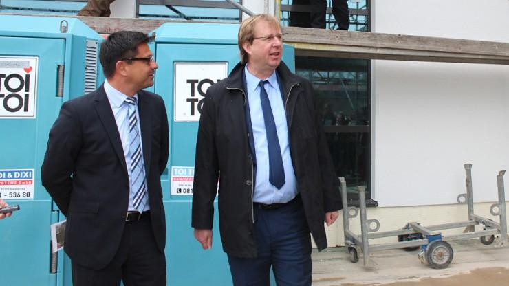 Andreas Kern (Geschäftsleiter von Ten Brinke Bayern) und Landrat Wolfgang Rzehak gemeinsam auf dem Richtfest.