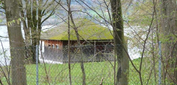 Diese Blockhütte am See sorgt für juristisches Tauziehen