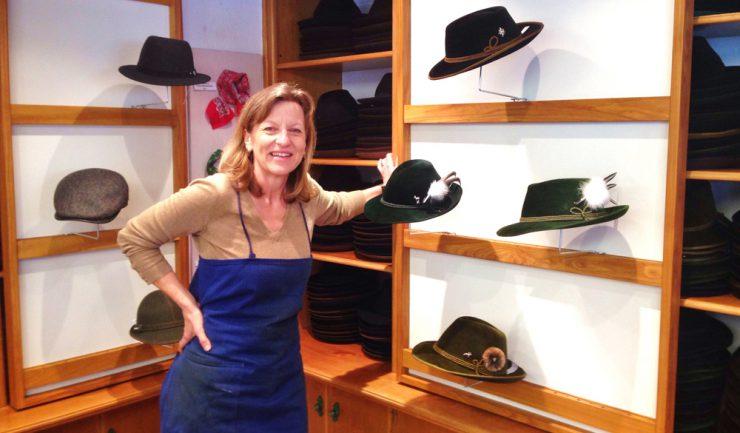 Doris Gollé stellt seit 20 Jahren Hüte in Handarbeit her.