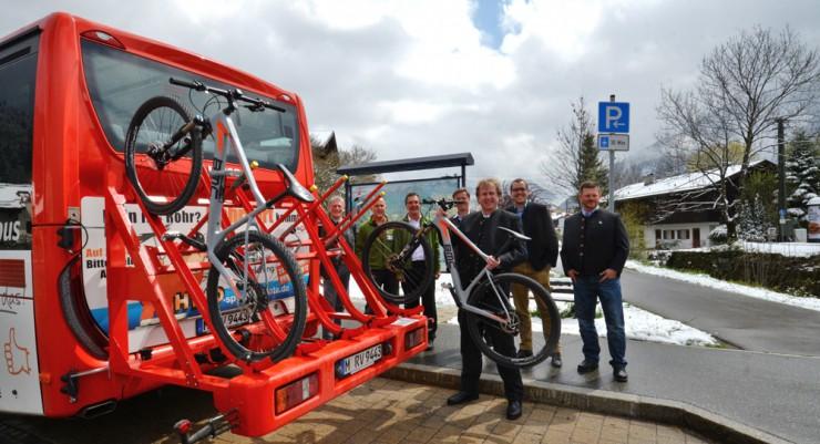 Landrat Wolfgang Rzehak präsentiert den neuen Radlständer der RVO-Busse.