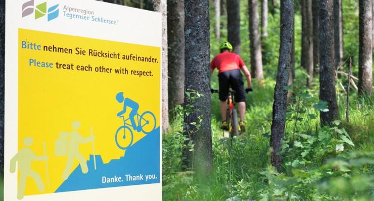 Diese Schilder weisen sowohl Radler als auch Fußgänger auf gegenseitige Rücksichtnahme hin.