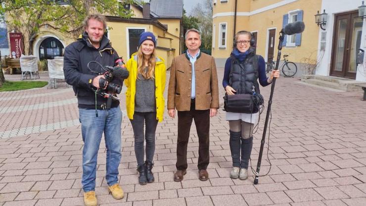 Das BR-Team (Ralf Zipperlen, Laura Beck und Marion Pietz) mit Bürgermeister Johannes Hagn.