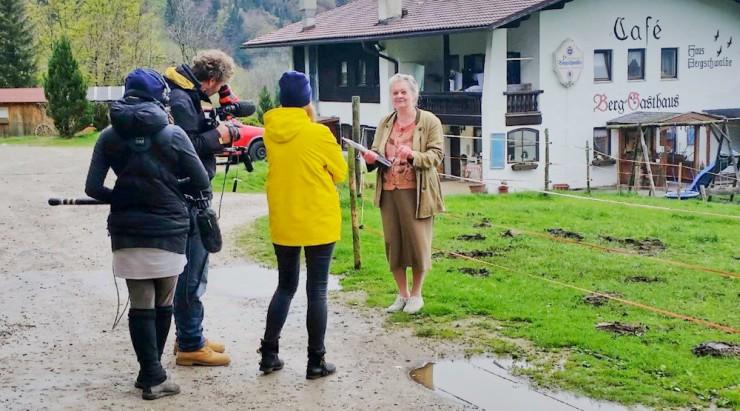 Angela Brogsitter beim gestrigen Interview vor dem Grundstück des geplanten Almdorfs.