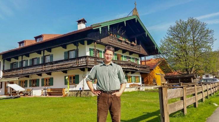 Stephan Berghammer vor seinem Hof in Rottach-Egern.