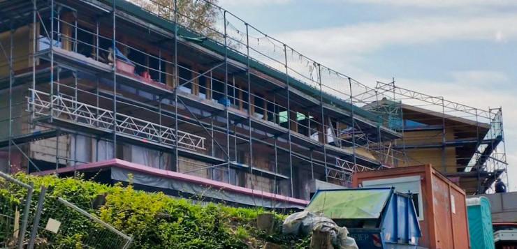 Die Bauarbeiten an den Alpen-Chalets am Hotel Das Tegernsee sind in vollem Gange.