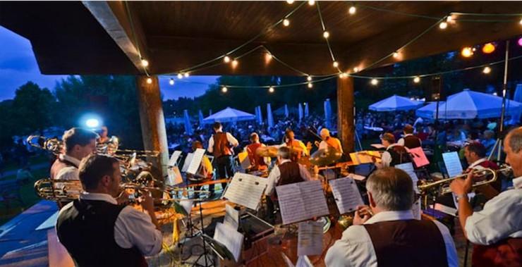 Vor drei Jahren war füllte das Lichterfest die Gmunder Seepromenade - samt Musikern im Pavillon. Geht es nach den heimischen Gastgebern, sollen hier wieder regelmäßig Konzerte stattfinden.