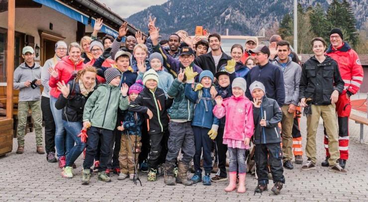 Bei der gestrigen Müllsammel-Aktion kamen viele Freiwillige vom Helferkreis und aus der Asylunterkunft zusammen. Bilder: Marja Schwartz
