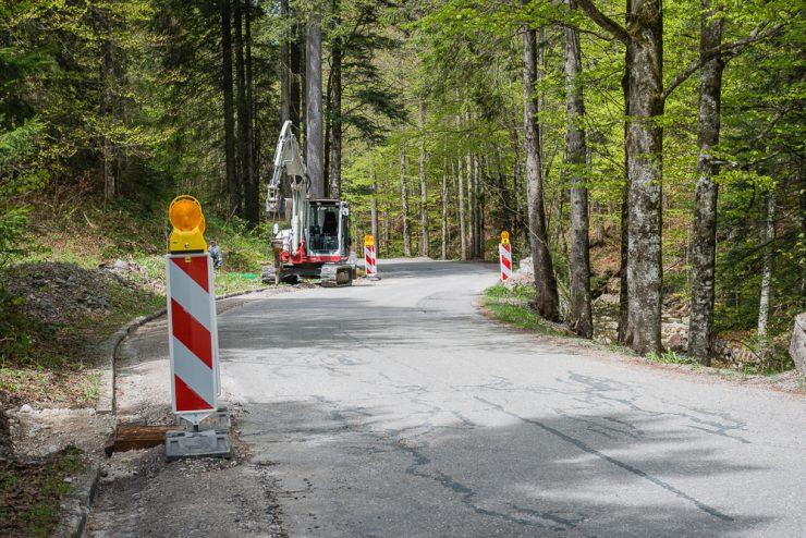 Auf der Straße zwischen Mautstation und Sutten-Skigebiet wird aktuell die Straße erneuert - Hier werden auch Leerrohre für Glasfaserkabel verlegt