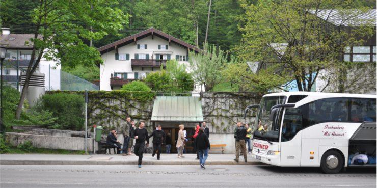 Auf der anderen Straßenseite brechen oft Schülerbusse zu Klassenfahrten auf - dieser Bus bringt jedoch Asylbewerber nach Rottach-Egern.