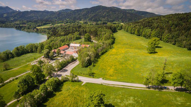 Auf der Wiese oberhalb von Gut Kaltenbrunn soll ein Parkplatz entstehen.