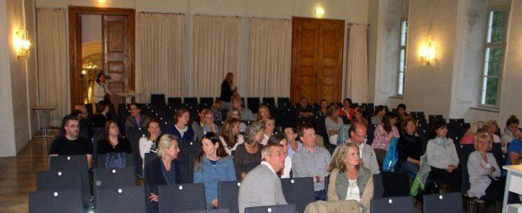 Die Zahl der Vortragsgäste war überschaubar. Der Abend war von der Beerdigung eines verunglückten Schülers nur wenige Stunden zuvor überschattet. / Foto: Bronisch