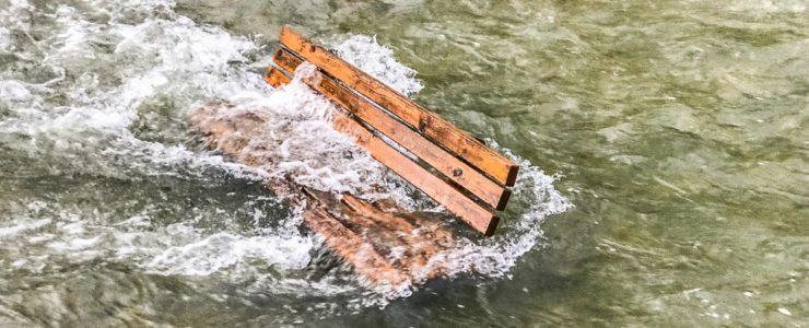 Bänke in Rottach versenkt