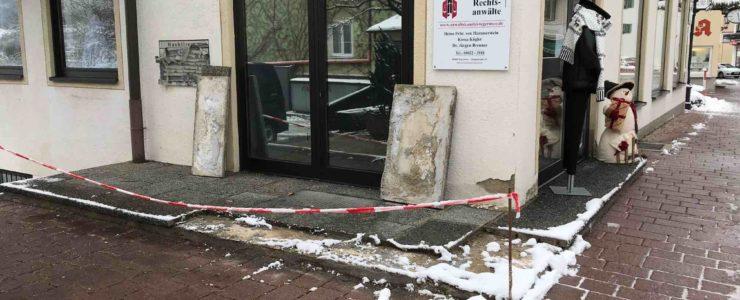 Auto demoliert Bodenplatten